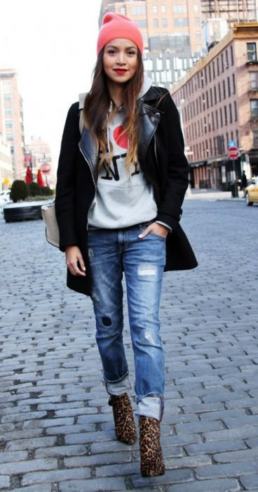 Chica usando hoddies y blazer en color negro y gris