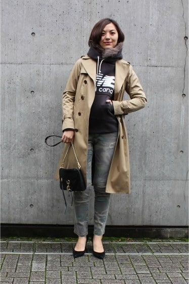 Chica usando hoddies y blazer en color café y negro