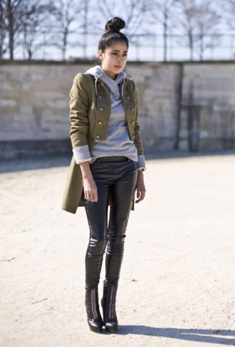 Chica usando hoddies y blazer en color verde y gris