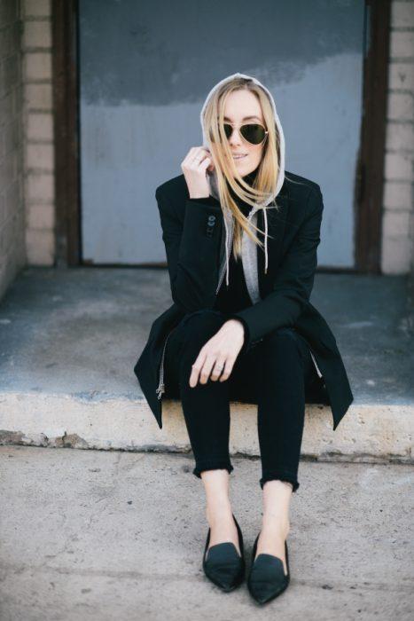 Chica usando hoddies y blazer en color negro
