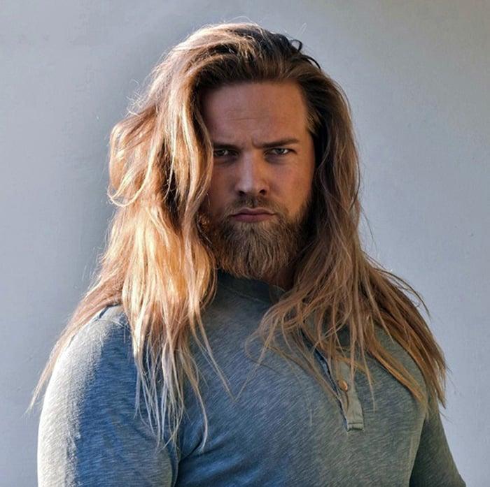 hombre rubio de cabello largo y barba