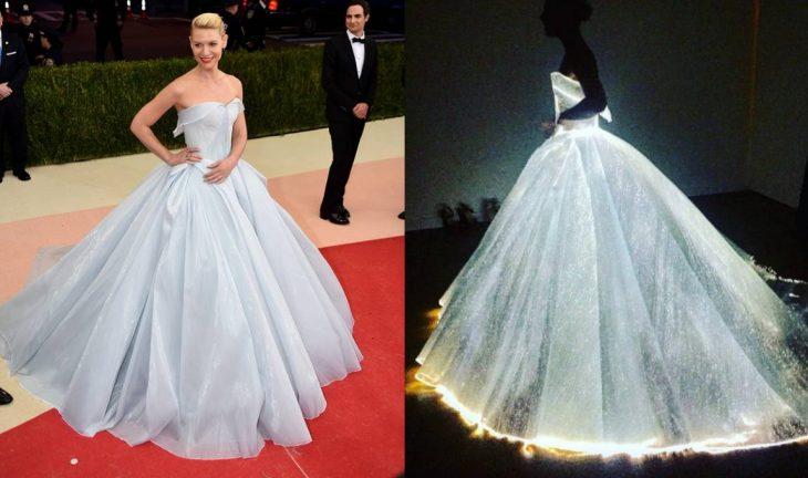 mujer rubia en evento con vestido de princesa que brilla