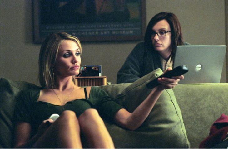mujeres viendo television y laptop