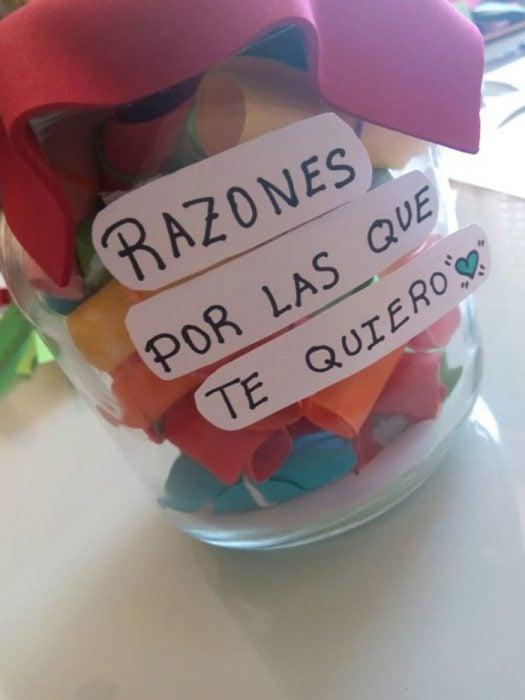 frasco con globos y nota regalo cursi