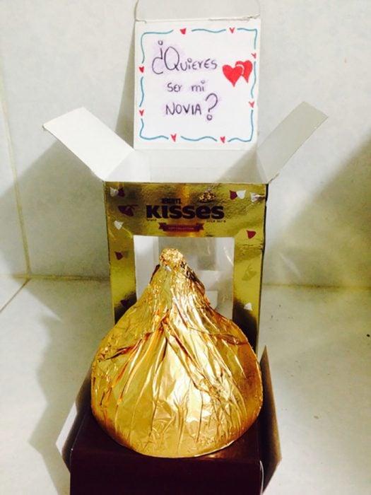 chocolate kiss gigante con letrero quieres ser mi novia