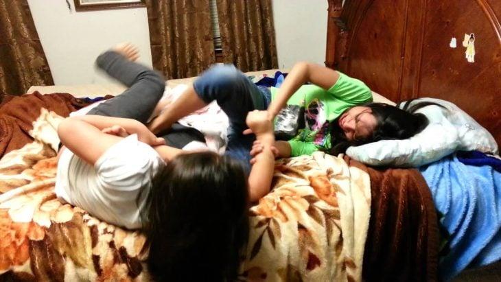 niñas en la cama pateandose y peleandose
