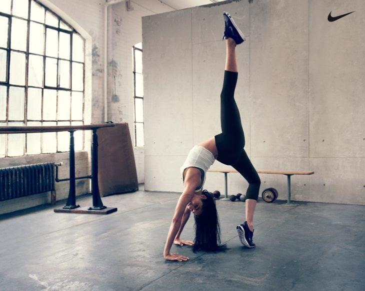 mujer en salon haciendo yoga