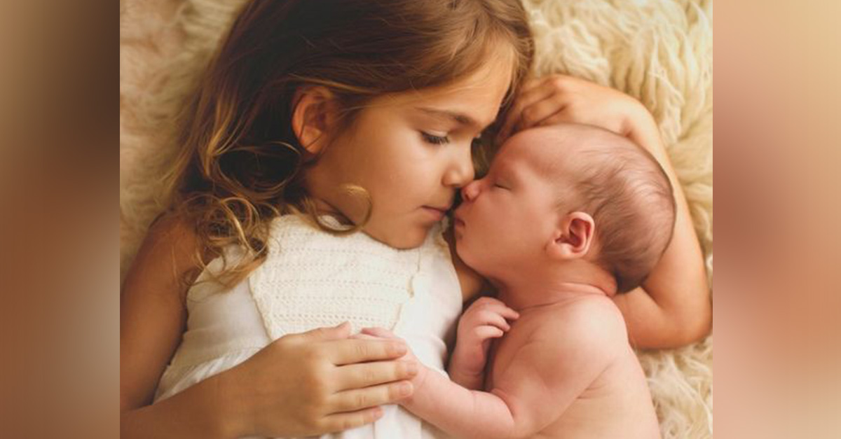 Niñas salva la vida de su hermanito bebé