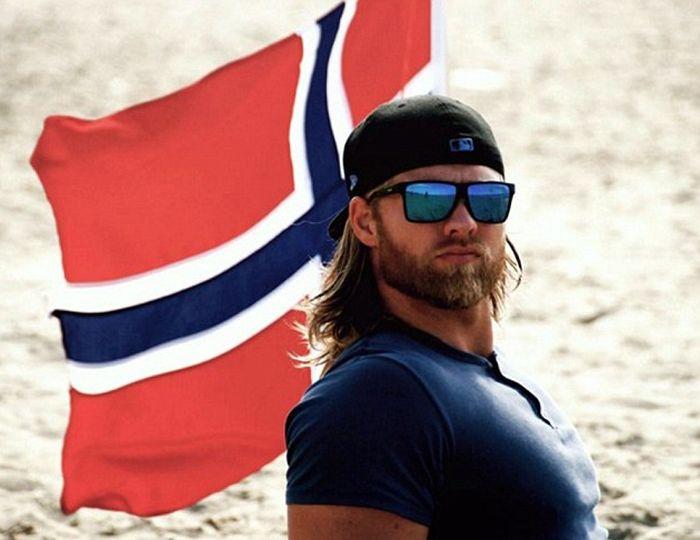 bandera roja con lentes y gorra
