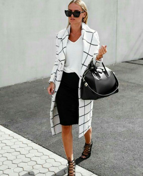 mujer traje y saco blanco