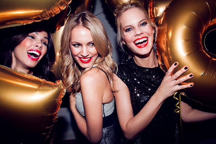 mujeres rubias con globos año nuevo