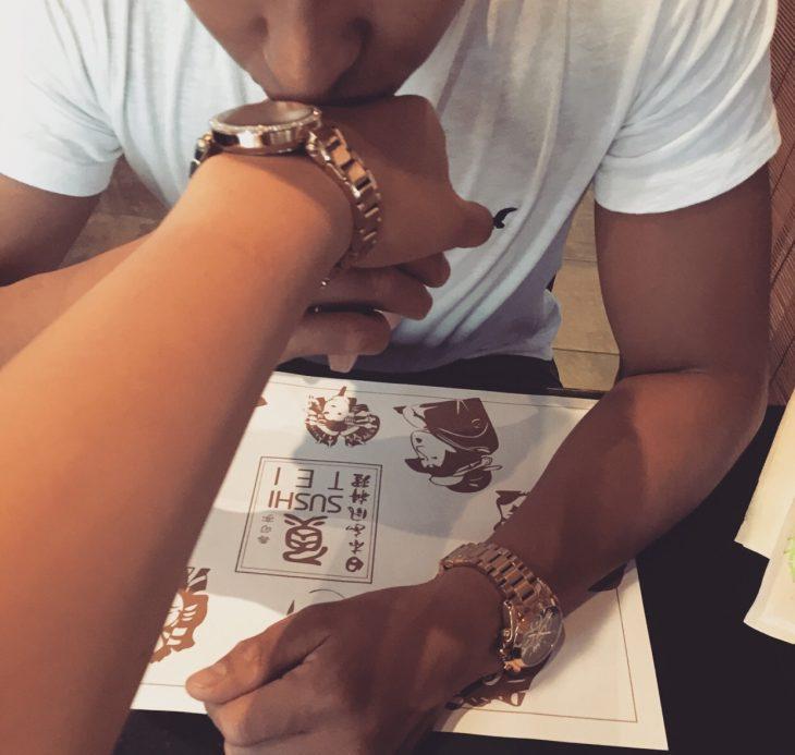hombre besando la mano de una mujer