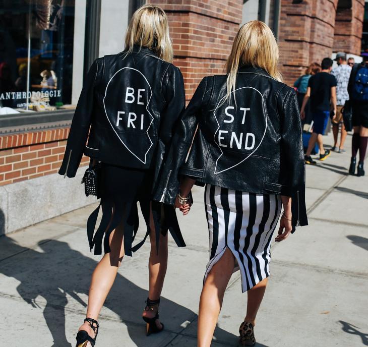 """Mejores amigas usando chaquetas de cuero que dicen """"mejores amigas"""""""