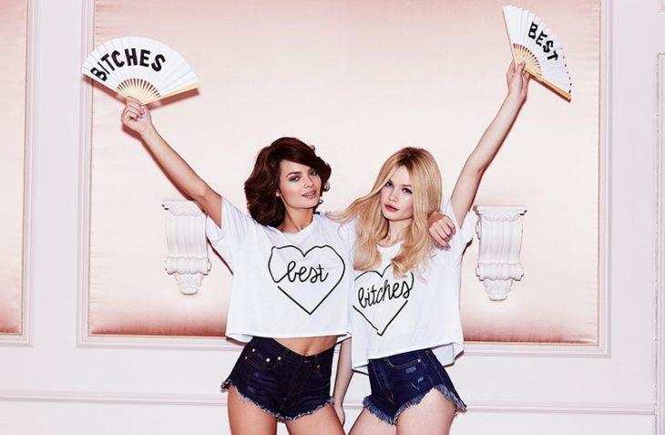 Chicas con la misma blusa que dice mejores amigas