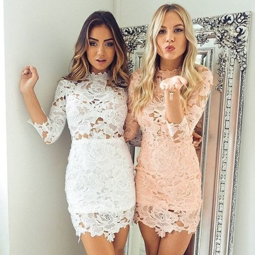 Mejores amigas usando el mismo vestido pero en colores distintos