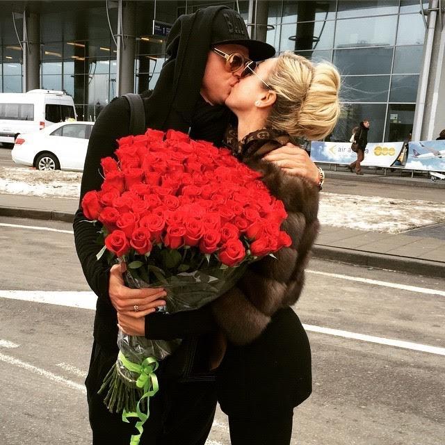 chico regala ramo de flores a chica