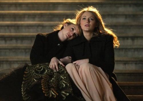 Escena de la serie gossip girls. Serena y balir sentadas en unas escaleras conversando