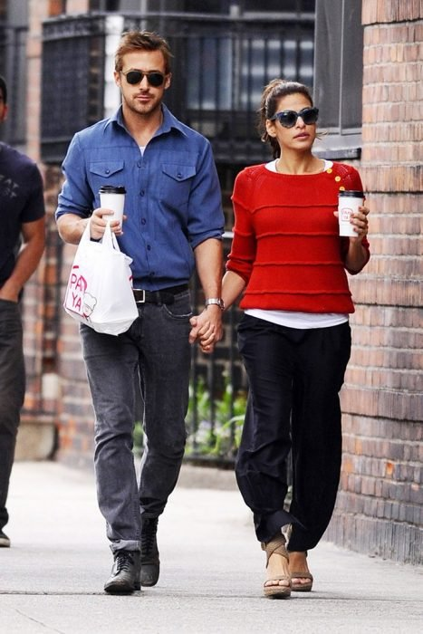 hombre con camisa azul tomado de la mano con mujer camisa roja