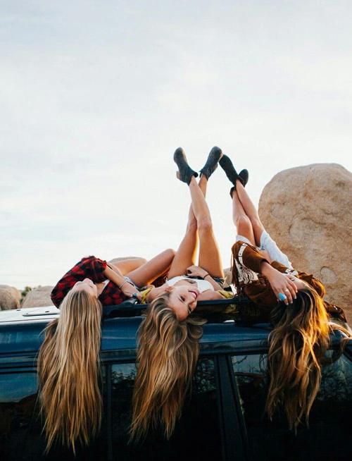 chicas sentadas fuera de un coche