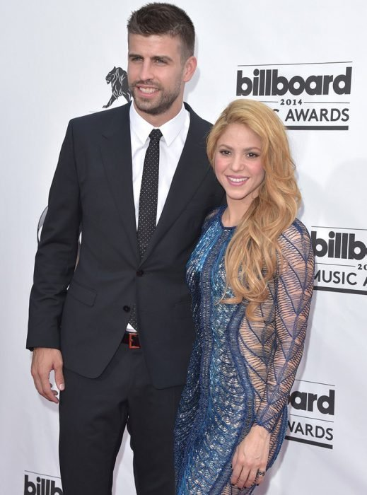 mujer rubia con vestido azul y hombre con traje