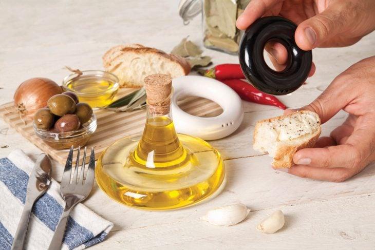 salero, pimientero y aceite de olvia