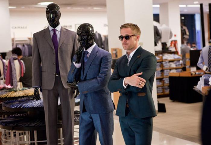 hombre de pie en tienda de ropa para hombre