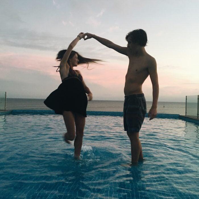 hombre baila a una mujer en el agua