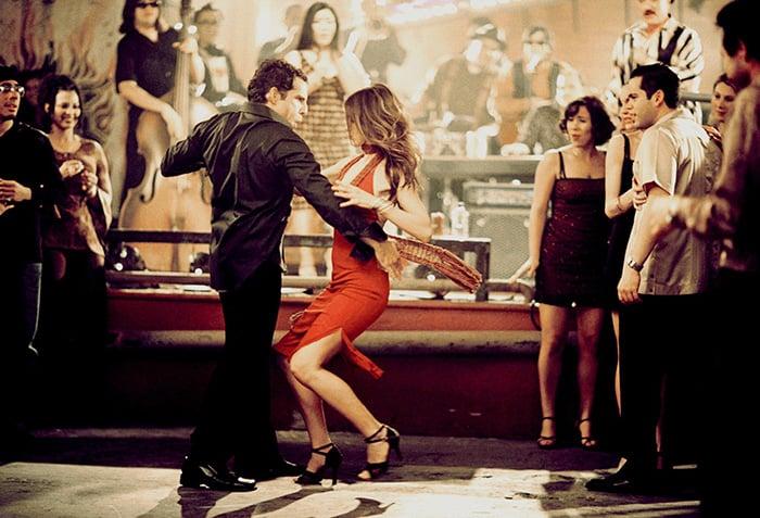 pareja bailando salsa en un bar