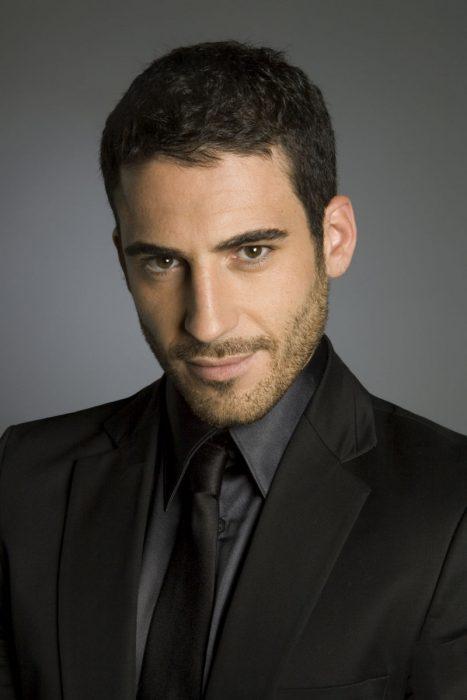 Actor Miguel Ángel Silvestre posando para una fotografía