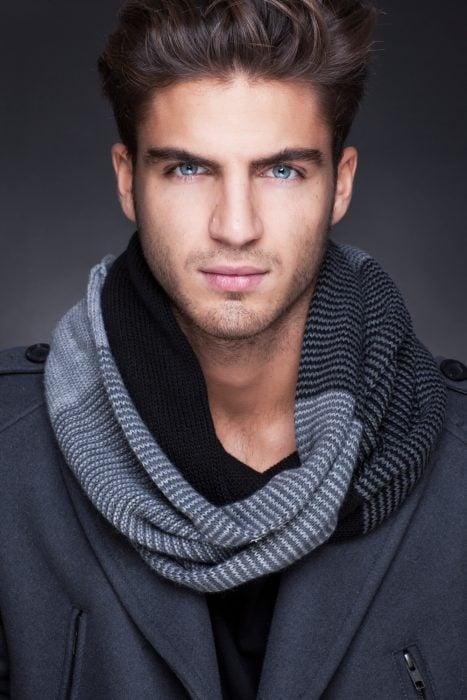 Actor Maxi Iglesias posando para una sesión de fotos