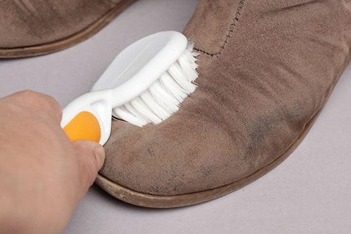 limpiar zapatos de gamuza con cepillo