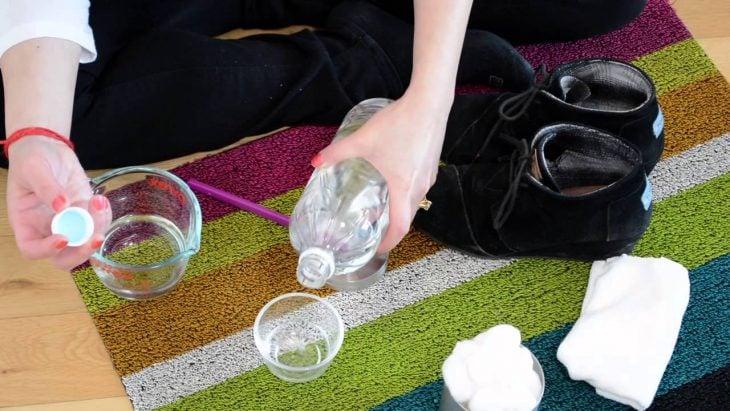 mujer limpiando zapatos con vinagre
