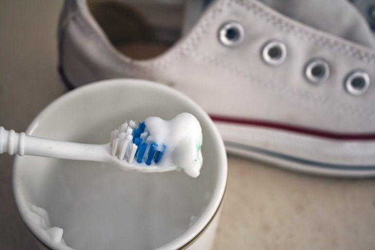 limpieza suelas con pasta de dientes