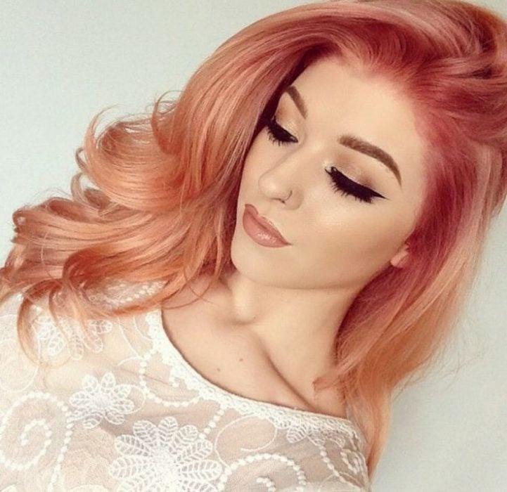 chica cabello rosa dorado