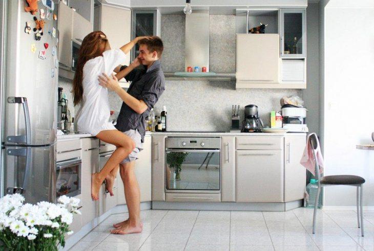 pareja joven en la cocina