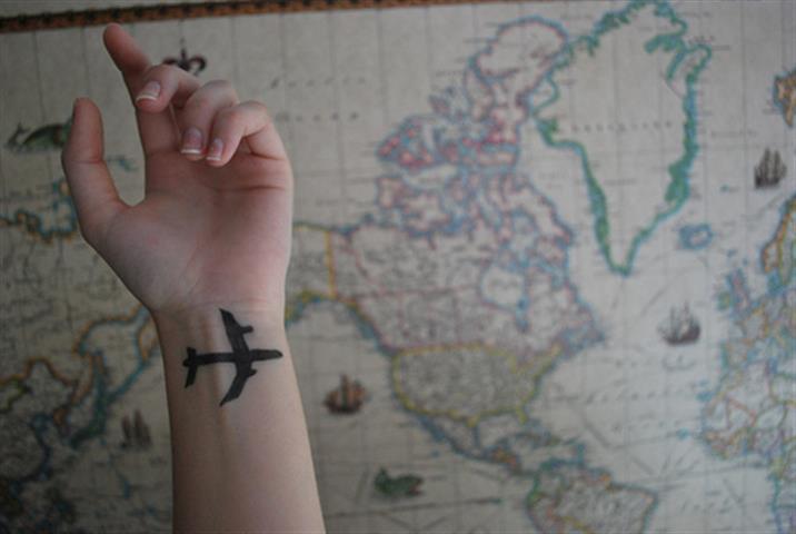 chica con tatuaje de avión