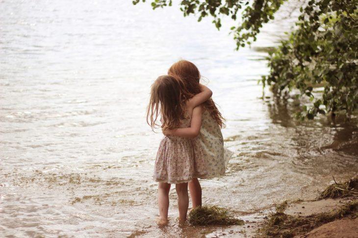 hermanitas a la orilla de un río