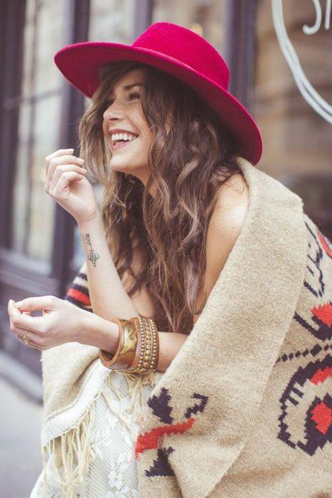 chica con poncho sonriendo