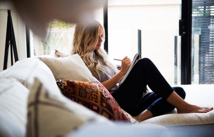 chica sentada escribiendo