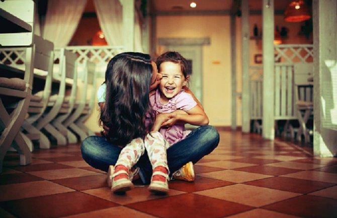 chica con niño pequeño