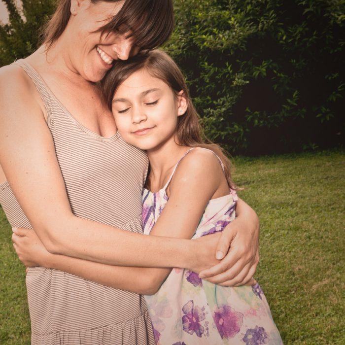 tía abrazando a niña