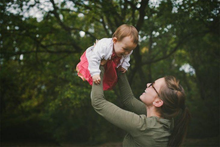 chica jugando con bebé