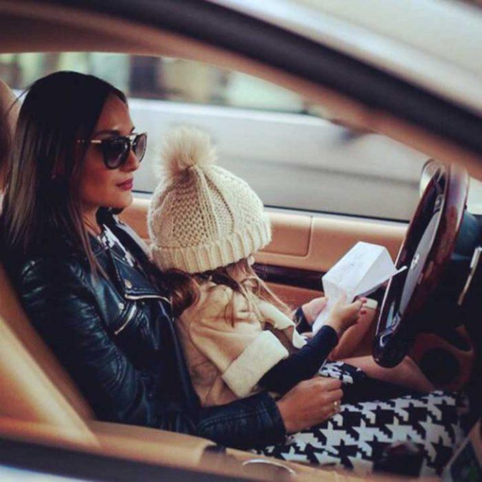 mujer con bebé en interior de coche