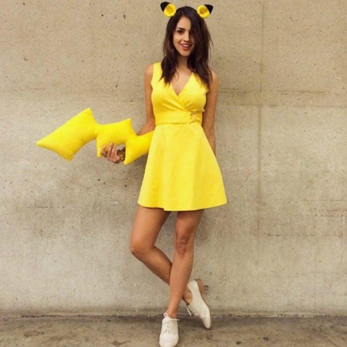 mujer vestida de amarillo con cola y orejas de pikachu
