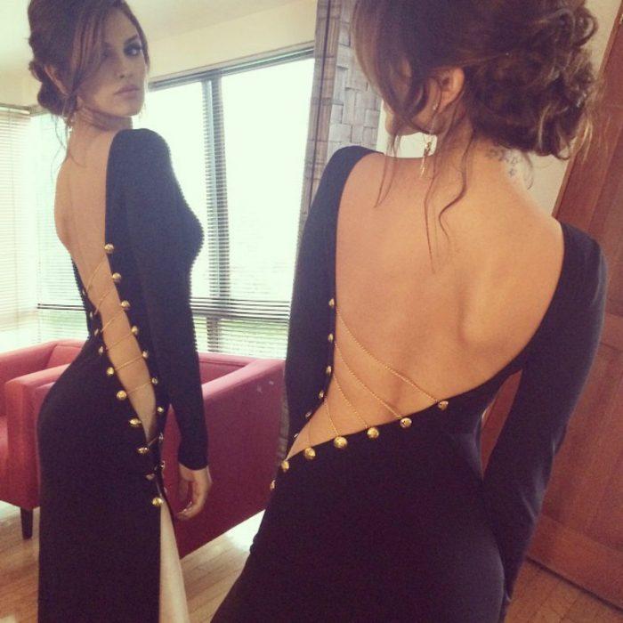 mujer delgada frente al espejo probandose vestido