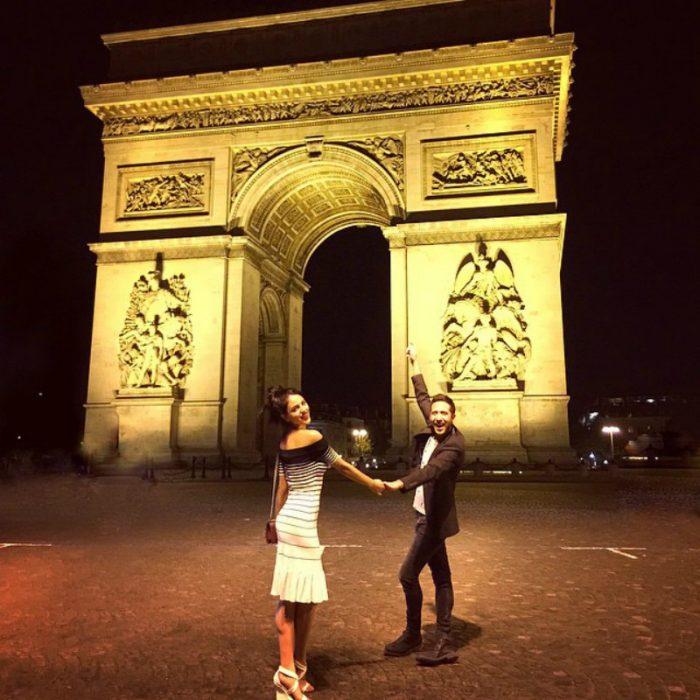 mujer y hombre bajo edificio en paris francia