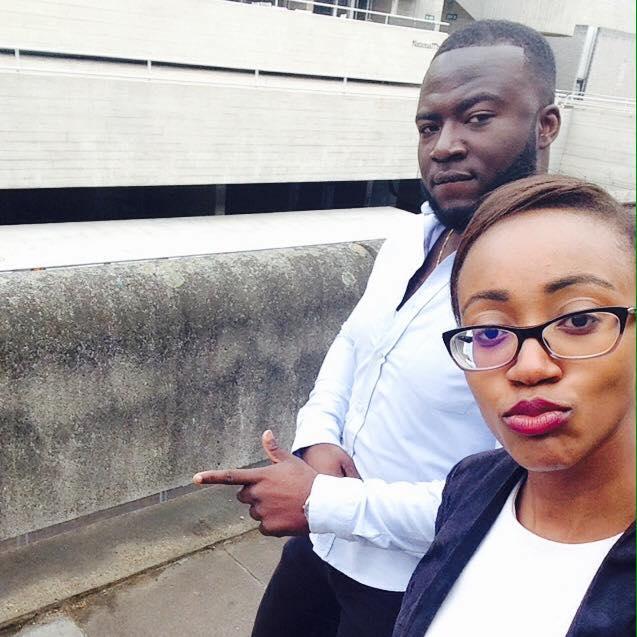 hombre moreno con camisa y mujer morena de lentes selfie