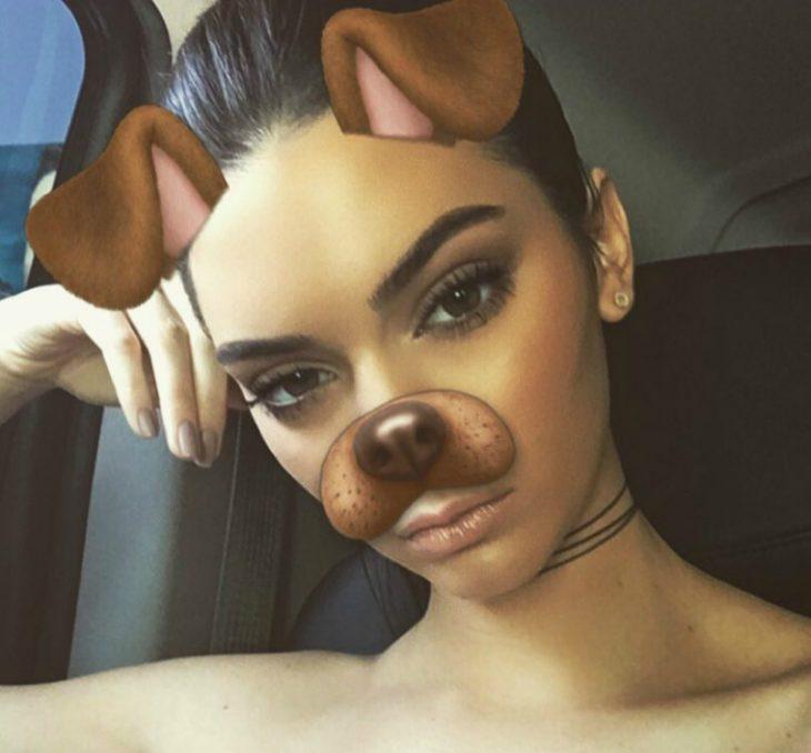 mujer con orejas y boca de perro