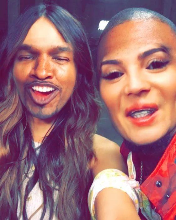 mujer y hombre haciendo snapchat cambian rostros