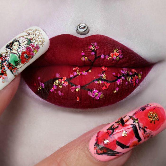 Labios grandes con pearcing pintura de arbol flores de loto geisha uñas